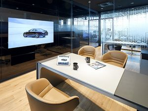 Neuer Showroom in Paderborn mit Multimedia-Screen.